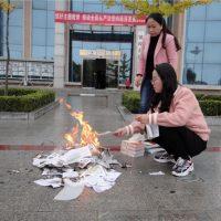 [China] Funcionários de biblioteca queimam livros que contrariam ideologia do Partido Comunista