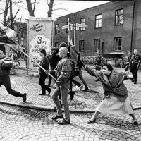 Danuta Danielsson, a sueca que deu uma bolsada na careca de um neonazista