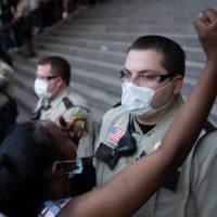 Após assassinato policial covarde, protestos se espalham pelos EUA