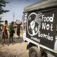 [Mianmar] Movimento Food Not Bombs distribui alimentos e outros itens no distrito de Dagon Seikkan