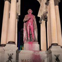 [Canadá] Monumento em homenagem ao racista John A. Macdonald é vandalizado com tinta