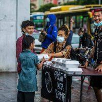 [Mianmar] Food Not Bombs leva comida para crianças de rua