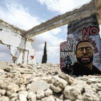 Artista sírio pinta mural de George Floyd em solidariedade contra racismo e violência do estado