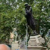 [Reino Unido] Bristol: Conselho da cidade busca processar as pessoas que derrubaram a estátua do comerciante de escravos