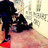 [Grécia] Vídeo | É assim que a democracia grega se parece: Policiais atacam manifestantes antirracistas com suas motos