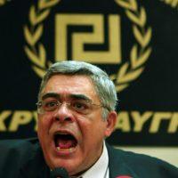 """[Grécia] Antifascistas """"borrifaram"""" Nikos Michaloliakos em Kalamata"""