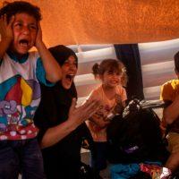 [Grécia] Vídeo | Moria, um dia vamos pagar por isso: Os gritos agonizantes de imigrantes sendo atacados com gás lacrimogêneo por policiais de choque