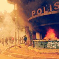 Postos da polícia incendiados na Revolta contra a Lei Omnibus na Indonésia