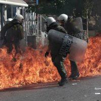 [Grécia] Vídeo | Anarquistas enfrentam policiais em Atenas