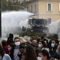 Vídeo | Motim em Atenas: a proibição orwelliana de reuniões de mais de 3 pessoas leva a tumultos por toda a Grécia