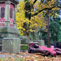 [EUA] Portland: Monumento ao Genocídio Derrubado e Desfigurado