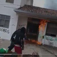 [Colômbia] Vídeo | Em Popayán, menor é achada morta após denunciar violência sexual de policiais, motivo pelo qual um grupo de manifestantes incendiou a URI
