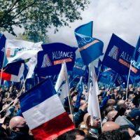 [França] Com apoio de Marine Le Pen, policiais franceses protestam em frente ao Parlamento
