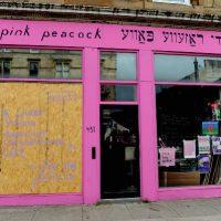 """[Escócia] Pink Peacock, café queer e anarquista, enfrenta acusações criminais por causa da sacola """"Fuck the police"""""""