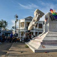 [Colômbia] Manifestantes derrubaram estátua de Cristóvão Colombo em Barranquilla