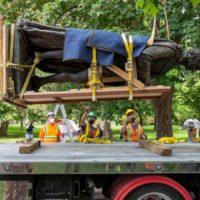 [Canadá] Bye Bye Johnny: Uma Estátua de John A. Macdonald é posta abaixo em Kingston